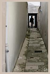 Dans une venelle / In an alley - Saintes (christian_lemale) Tags: saintes saintonge ville town nikon z6