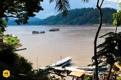Mékong river in Luang Prabang, Laos (Uralistan.roadtrip) Tags: luangprabang laos unesco peninsula peninsule tradition culture voyage travel travelling traveling voyager asia asie asiedusudest southeastasia mekong mekongriver boat slowboat bateaulent