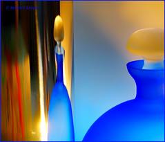 "Reflexion (magritknapp) Tags: ""macro mondays"" ""reflection"" 75x73cm295x287inch gieskanneausmetall blauerglasflakon rücken eines bucheinbandesmetal metalwateringcan blueglassflacon backofabookcover arrosoirenmétal flacondeverrebleu dosdunecouverturedelivre regaderademetal detrásdelaportadadeunlibro lataderegametálica atrásdacapadeumlivro lattinadacquainmetallo ilretrodellacopertinadiunlibro metalengieter blauweglazenflacon achterzijdevaneenboekomslag metalowapuszkadopodlewania tyłokładkiksiążki"