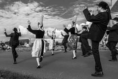 4-6 Marcher en dansant. Penmarc'h Entre Terre et Mer (lnaudon) Tags: bretagne finistère penmarch bw danse dance breizh noiretblanc