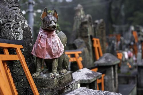 Fox sculpture at Fushimi Inari Shrine (伏見稲荷大社) in Kyoto, Japan