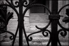 Escalier vers nulle part (Gauthier V.) Tags: olympusxa hp5 urbain escalier grille architecture marches cathédrale bruxelles régiondebruxellescapitale belgium bw blackandwhite