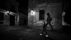 Salamanca 2019 (Hendrik Lohmann) Tags: streetphotography street strassenfotografie nikon nightshot night nikonz6 nightlife menschen monochrome urban urbanphotography urbanlife salamanca blackandwhite bnw bw