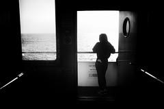 Cercando l'oblio sotto l'oblò (encantadissima) Tags: strettodimessina traghetto controluce bienne ragazza oblò mare interno parapetto