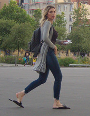 20190704-010 summer time street fashion (simonbradua) Tags: woman women girl girls streetfashion streetphotography streetlife jeans tightjeans walking flipflop barefeet girlswithbarefeet