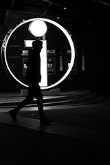 The point on the head (pascalcolin1) Tags: paris homme man nuit night lumière light point cercle circle ombres shade photoderue streetview urbanarte noiretblanc blackandwhite photopascalcolin 50mm canon50mm canon