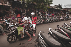 Sukawati, Bali, Indonesia (pas le matin) Tags: asia asie travel voyage world indonésie indonesia sukawati southeastasia city ville street candid moto motorbike people family perspective famille magasins shops canon 7d canon7d canoneos7d eos7d