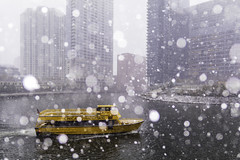 Around the Bend (aerojad) Tags: eos canon 80d dslr 2019 autumn outdoors city urban chicago snow snowing snowkeh cityscape citylife cityview chicagoriver river taxi watertaxi boat boats theloop bokeh
