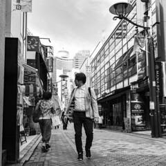 Akasakamisuji Street 4 (MLopht Photography | Dortmund) Tags: japan tokyo akasaka tokyoakasaka akasakamisujistreet stadt city metropole einkaufsstrase shopping mall geschäft restaurant strase mensch mann streetshot streetphotography streetfotografie schwarzweis einfarbig blackandwhite bw sony alpha 6300 sonyalpha6300 ilce6300 sigma 19mm explored inexplore