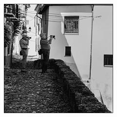 Chacun sa méthode... (francis_bellin) Tags: cité espagne streetphoto street netb photoderue grenade photographie andalousie streetphotographie noiretblancphoto blackandwhitephoto monochrome blackandwhite photographederue noiretblanc larue olympus bw 2019 ville rue