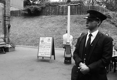 Quorn and Woodhouse - gwylio ac aros / watching and waiting (Rhisiart Hincks) Tags: greatcentralrailway gorsaf stáisiún geltoki tihenthouarn tigar gare estacion station stèisean porzhhouarn rheilffordd henthouarn hynshorn trenbide iarnród burdinbide chemindefer railway rathadiarainn eisenbahn ferrocarril ferrovia geležinkelis 铁路 鉄道 caleferată swyddcaerlŷr leicestershire caerlŷr leicester gardatraenach gardtrên guard lloegr powsows england sasana brosaoz ingalaterra angleterre inghilterra anglaterra 英国 angletèrra sasainn انجلتــرا anglie ngilandi ue eu ewrop europe eòrpa europa