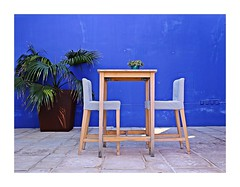 A table with two chairs! (Jorge Cardim) Tags: table chairs mesa cadeira blue azul image composition composição minimalism minimalista cores colors cardim jorge