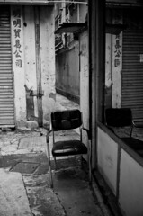 (a.pierre4840) Tags: olympus om4ti zuiko 28mm f2 35mmfilm kodak colorplus200 desaturated alley alleyway chair urban decay kowloon hongkong reflection bw blackandwhite noiretblanc fotor luminar3 skylum