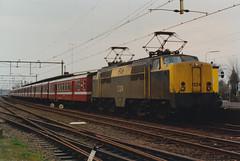 1224 - Station Dieren - 5 april 1991 (lex_081) Tags: ns nsr station dieren stationdieren 1200 1224 m2 rijtuigen nmbs m2rijtuigen renovatie noodonderkomen loket vsm 20g03 19910405 gelderland nederland sncb