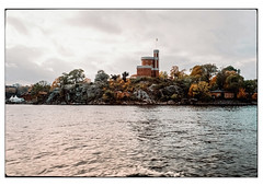 (schlomo jawotnik) Tags: 2019 oktober stockholm schweden insel fels kastellholmen boot bootstour wasser fahne bäume laub herbst welle analog film kodak kodakproimage100 usw