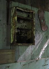 Anglų lietuvių žodynas. Žodis chest reiškia n 1) dėžė; chest of drawers komoda; 2) krūtinė; krūtinės ląsta; 3) amer.iždas, fondas lietuviškai.
