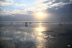 O último raio de sol na praia! (puri_) Tags: kuta praia areia mar água céu nuvens sol raio reflexos silhuetas bandeira