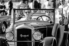 Attentif. Paris, août 2015 (Bernard Pichon) Tags: paris france bpi760 voiture ancien portrait défilé concorde fr75 peugeot