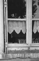 Le cœur est sensible à la Nature... (woltarise) Tags: ambiance détails film delta100 ilford m6 leica argentique rideau fenêtre demeure maison dauphiné france campagne