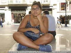 Valentina Márquez, veneçolana, 20 anys, asseguda en un pedrís del Portal de l'Àngel, Barcelona, traquila o avorrida va aceptar ser fotografiada. Feta aquesta foto van seguir d'altres. (heraldeixample) Tags: venezolana veneçolana venezuela veneçuela heraldeixample bcn barcelona spain espanya españa spanien catalunya catalonia cataluña catalogne catalogna noia girl chica fille menina mädchen merch cailín ragazza pige девушка fată 女の子 jente 女孩 κορίτσι dona woman mujer frau femme fenyw bean donna mulher femeie 女人 kadın женщина หญิง boireannach kobieta 铁 ngc albertdelahoz valentinamárquez