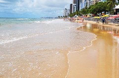 Let´s dream... (Ruby Augusto) Tags: nordestebrasileiro beach praia reflexos reflection sand waves areia ondas prédios cidade city