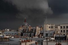Orage parisien (CD_NTL) Tags: paris france toits roofs orage storm éclair foudre flash ville city zinc cheminées chimney pluie rain nuages cloud