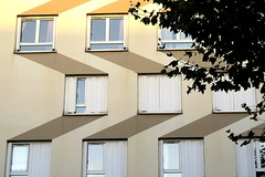 Détails en zigzag sur un immeuble des années 70 à Levallois-Perret (Sokleine) Tags: zigzag details détails architecture decay fenêtres windows façade immeuble building levalloisperret 92330 hautsdeseine 92 iledefrance france