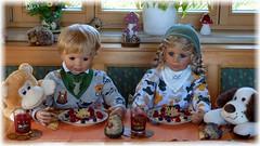 Voilà ! (ursula.valtiner) Tags: puppe doll luis bärbel künstlerpuppe masterpiecedoll süsspeise dessert birne pear himbeeren raspberries himbeersauce raspberrysauce mandelstifte almondslivers igel hedgehog