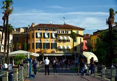 Sirmione (ingrid eulenfan) Tags: italien verona venezia sirmione street italy architecture italia haus streetlife architektur personen lagodigarda gardasee strase