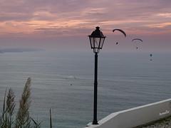 Le veilleur de nuit (Armelle85) Tags: extérieur nature paysage océan parapentiste sunset nazaré sitio mer réverbère ciel