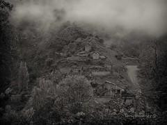 Muro de Bellos (tonygimenez) Tags: pueblosbonitos pueblosabandonados pueblos otoño niebla aragón huesca naturaleza arboles paisaje casas tristeza soledad