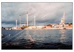 (schlomo jawotnik) Tags: 2019 oktober stockholm schweden bootstour vergnügungspark spiegelung sitzbänke geländer kran wasser gebäude wolken welle analog film kodak kodakproimage100 usw