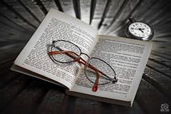 Reading (photoschete.blogspot.com) Tags: canon 70d eos 50mm libro book lectura reading gafas glasses reloj clock monocromo monochrome blanconegro blackwhite