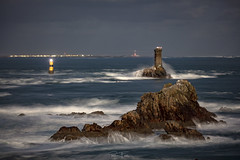 Raz de Sein (Ronan Follic) Tags: france bretagne breizh brittany finistère pointeduraz mer sea seascape seascapes phare lightouse storm tempête lune moon canon ronanfollic