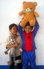 Der Teddy lebe hoch! (Wolfgang Bazer) Tags: vientiane laos südostasien southeast asia asien buben boys teddy teddybär bear bugs bunny spiderman children kinder