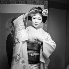 Elégante Maiko ... Kyoto (geolis06) Tags: geolis06 asia asie japan japon 日本 2017 kyoto gion kimono cloth suit vêtement tradionnel portrait japon072017 patrimoinemondial unesco unescoworldheritage unescosite lady beauté lovely maiko maïko geisha geiko danse dance musique olympuspenf olympusm1240mmf28 bw nb blackandwhite noir noiretblanc chant sing patrimoinemondialunesco