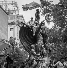 Santiago de Chile furioso (Mario Rivera Cayupi) Tags: blancoynegro blackandwhite bw streetphotography fotografíadecalle fotografíacallejera streetphotographyinchile sigma50mmf14 sigmaartlens lentesigmaserieart rabia protesta angry protest santiagodechile
