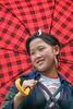 IMG_0680.0408.Sapa.Lào Cai (hoanglongphoto) Tags: asia asian vietnam northvietnam northernvietnam northwestvietnam life dailylife portrait people hmongpeople hmonggirl girl smile fashion eyes canon canoneos20d tâybắc làocai sapa cuộcsống đờithường chândung người thiếunữ thiếunữhmông chândungthiếunữ đôimắt cười nụcười trangphụcthiếunữhmông cáiô umbrella hmonggirlportrait chândungthiếunữhmông themdel portraitofgirlhmong
