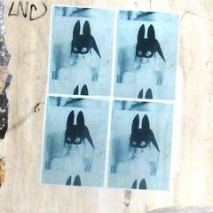 Ce qui frappe, c'est le sourire (Robert Saucier) Tags: rome roma streetart stencil poster affiche mur wall graffiti bleu blue img6894