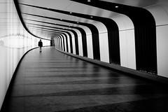(fernando_gm) Tags: london londres calle callejera city blackandwhite bw blancoynegro monochrome monocromo monocromatico geometry geometría gente people person persona human simplicity simple simply simetria symmetry fujifilm fuji f14 35mm europa uk xt1 interior architecture arquitectura contrast