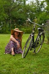 Le vélo... (JC-BX) Tags: nikon femme blonde woman lady romantisme glamour charmes glamor glamorous jardin garden bicycle velo bicyclatte chapeau hat portrait portraiture outdoor