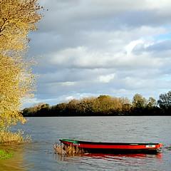 Sainte-Gemmes-sur-Loire, France (pom'.) Tags: samsungsmg970f samsunggalaxys10e angers 49 maineetloire paysdelaloire france europeanunion portthibault saintegemmessurloire loire valdeloire boat red loirevalley momo