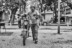 Motorradfahrer (rainerneumann831) Tags: bw blackandwhite street strase streetphotography candid strasenfotografie monochrome urban ©rainerneumann riodejaneiro wwwrainerneumannphotographyde mann helm motorrad