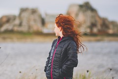 Ma petite irlandaise (Un instant.) Tags: portrait children girl hair house bretagne breizh mer borddemer love plougrescant beach vent red bokeh enfant flou cold water doudou