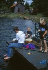 Vid Långö brygga 28 juli 1999 (gustafsson_jan) Tags: långö brygga jangustafsson rickardgustafsson alexandersolliholm fiske sörmland sörmlandskusten skärgård skärgårdsö sörmlandsskärgård archipelago archipel naturturism