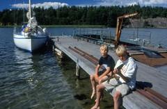 Långö brygga 28 juli 1999 (gustafsson_jan) Tags: långö brygga amica3 rickardgustafsson alexandersolliholm sörmland sörmlandskusten skärgård skärgårdsö sörmlandsskärgård archipelago archipel naturturism