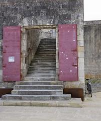 Vélo oublié.... (Corinne OGNB) Tags: canon6dmarkii larochelle staircase bike architecture escalier cycle vélo