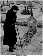 grand-mère au cimetière en creuse (villatte.philippe) Tags: grandmère cimetiere boussac creuse centre tombe nb leica tirage argentique argentic canne