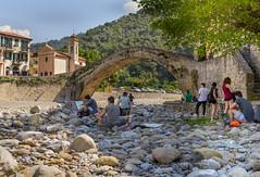 Dolceacqua (Italie) (Pierre de Liège) Tags: rivière architectureanciennemédiévale italie vacance2017 architecture vacance pontenarc dolceacqua pont ligurie natureetpaysage bâtimentpaysageélémenturbain loisiretpassetemps