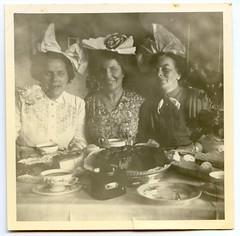 . (Kaïopai°) Tags: vintage dinslaken 1950er 1950s party feier haarschleife damen kuchen kaffee tisch table frauen femmes women